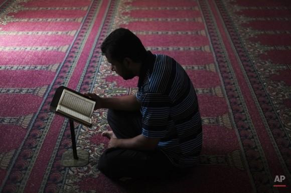 Un palestino reza en una mezquita en Beit Lahiya, norte de la Franja de Gaza. (Foto AP / Lefteris Pitarakis)