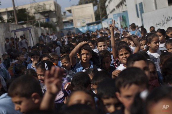 Niños palestinos salen de la escuela. (Foto AP / Bernat Armangue)