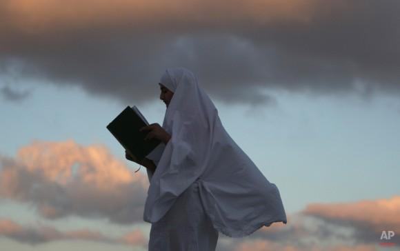 Una niña palestina lee el Corán en la primera de Shaban mes en la ciudad cisjordana de Nablus, Palestina el 1 de junio de 2014. (Foto AP / Nasser Ishtayeh)