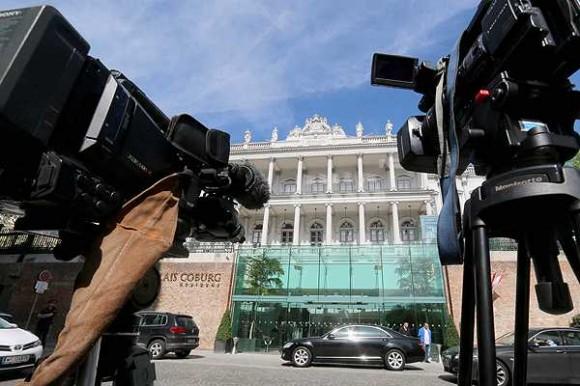 Periodistas esperan frente al un hotel de lujo en Viena, donde tendrán lugar las pláticas nucleares con Irán. Foto: Ap