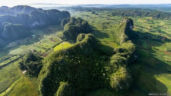 Aquí, una imagen de los mogotes, montes de piedra caliza con forma de cono y cubiertos de vegetación, en Pinar del Río, en el occidente de la isla. Foto: Marius Jovaiša.