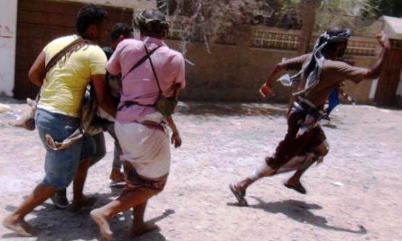 Personas huyen de los bombardeos en Yemen. Foto: AFP.