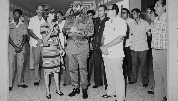 Fidel visita el CENSA el 1 de septiembre de 1980 para inaugurar el centro. Al frente de izquierda a derecha. Rosa Elena Simeón, Fidel y  Álvarez de la Nuez