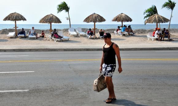 Playa artificial en el malecón habanero. Foto: Ladyrene Pérez/ Cubadebate.