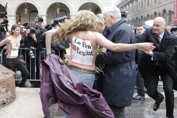 Activistas de Femen irrumpen en un acto en el que participaba la presidenta del Frente Nacional de Francia, Jean Marine Le Pen, durante las celebraciones del Primero de Mayo, en París, Francia.