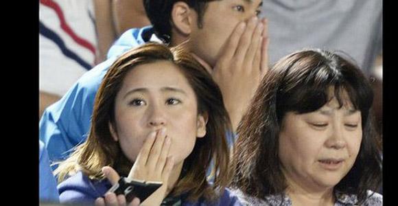 Aficionados japoneses, que disfrutaban de un partido de futbol, reaccionan tras sentir un sismo de magnitud 8.5 en Tokyo. Foto: AP