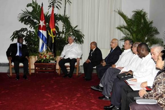 Miguel Díaz-Canel Bermúdez (D), miembro del Buró Político y primer vicepresidente de los Consejos de Estado y de Ministros de Cuba, durante las conversaciones oficiales sostenidas con Manuel Domingos Vicente (I), vicepresidente de Angola, en La Habana, Cuba, el 18 de mayo de 2015.  AIN FOTO/Roberto MOREJÓN RODRÍGUEZ/