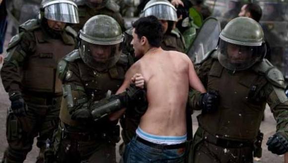Carabineros ha estado en la mira pública por el protocolo del uso de sus Fuerzas Especiales en manifestaciones públicas AFP.
