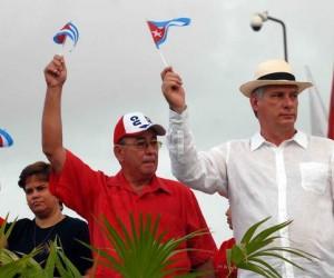 Miguel Díaz-Canel Bermudez (D), miembro del Buró Político y Primer Vicepresidente de los Consejos de Estado y de Ministros, junto a Lázaro Expósito, Primer Secretario del Partido en Santiago de Cuba, en el desfile por el Primero de Mayo, Día del Proletariado Mundial, en la Plaza de la Revolución Antonio Maceo, en Santiago de Cuba, el 1ro. de mayo de 2015. AIN FOTO/Miguel RUBIERA JUSTIZ