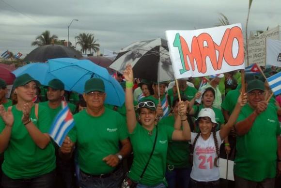 Desfile por el Primero de Mayo, Día Internacional de los Trabajadores, en la Plaza de actos de la ciudad de Cienfuegos, Cuba, el 1 de mayo, de 2015.   AIN  FOTO/Modesto GUTIÉRREZ CABO