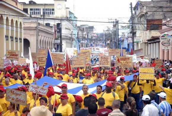 Más de 100 mil trabajadores desfilan por la capital pinareña, en saludo al Día Internacional del Proletariado, en Pinar del Río, Cuba, el 1 de mayo de 2015.  AIN  FOTO/ Evelyn CORBILLÓN DÍAZ