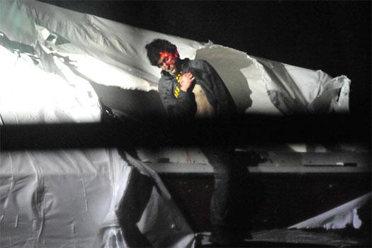 Dzhokhar Tsarnaev desciende del bote donde permaneció escondido por varias horas, tras ser descubierto por la policía. Foto: AP