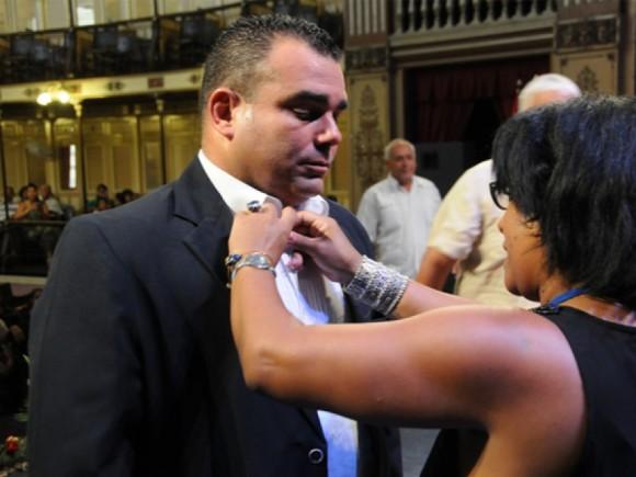 Eduardo Walfrido Coll Rodríguez, ratificado presidente de la Asamblea municipal de Cienfuegos recibe el sello como miembro de esa instancia.