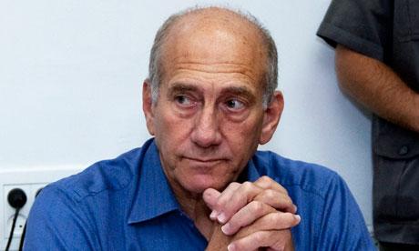 La investigación afirma que Olmert recibió sobres con decenas de miles de dólares provenientes de un empresario norteamericano. Foto tomada de The Guardian