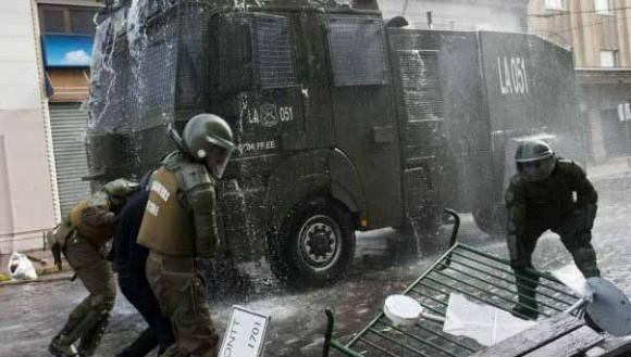 El carro lanzaaguas de la policía chilena es conocido localmente como guanaco AFP.