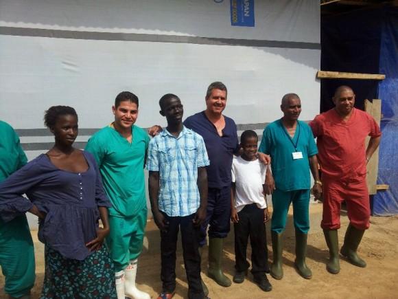 El médico de Jaruco Rotceh Ríos con los primeros pacientes egresados en hospital cubano en Sierra Leona. Foto cortesía del Dr. Ríos