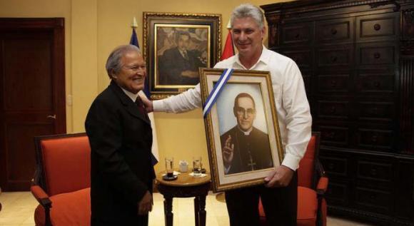 El mandatario salvadoreño obsequió a Díaz-Canel un cuadro con la imagen de Monseñor Romero. 580 Foto www.presidencia.gob.sv