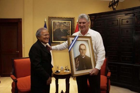 El mandatario salvadoreño obsequió a Díaz-Canel un cuadro con la imagen de Monseñor Romero. Foto: Presidencia de El Salvador