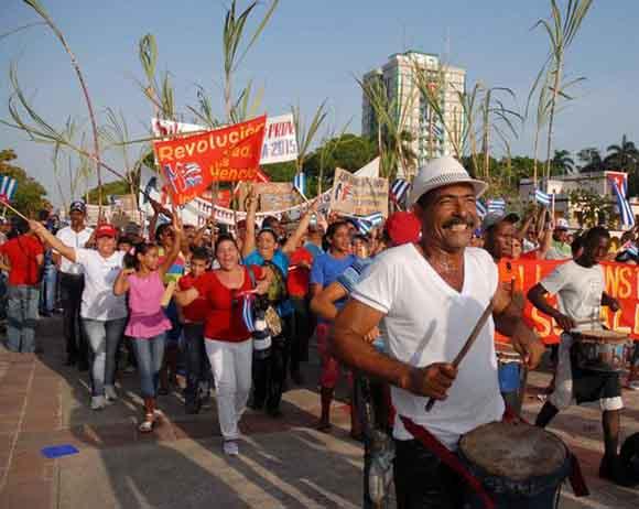 Desfile por el Primero de Mayo en la Plaza de la Revolución Mayor General Calixto García Iñiguez, de la ciudad de Holguín. Foto: AIN
