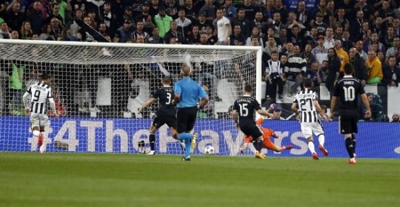 El rechace de Iker que provoca el primer tanto de la Juve. Foto tomada de MARCA