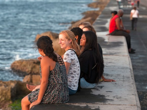 Estudiantes norteamericanos en el Malecón de la Habana. Foto: Clem Murray / The Philadelphia Inquirer