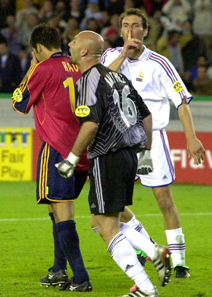 El meta de la selección de Francia, Barthez, grita al delantero de la selección española, Raúl, tras fallar éste un penalty en los últimos instantes del encuentro de cuartos de final y que hubiera supuesto el empate.El defensor galo, Blanc, manda callar a su guardameta.El partido terminó con el resultado de 2-1 a favor de los franceses y la selección española quedó eliminada.
