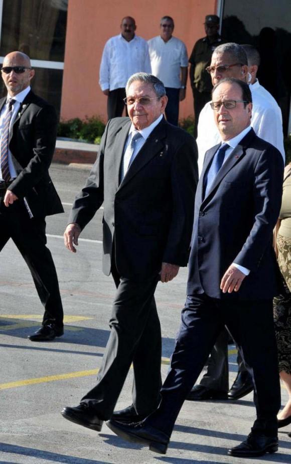 El Presidente de los Consejos de Estado y de Ministros de Cuba, General de Ejército Raúl Castro Ruz, despidió hoy al Presidente francés Francois Hollande. Foto: Tomada de Granma.