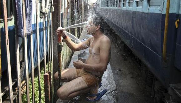 Hombre intenta sofocar el calor en la India. Foto: AP