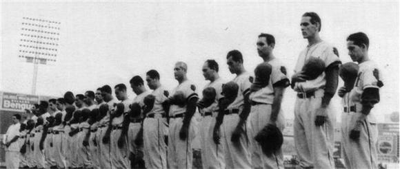 Homenaje a Salazar (Guarao, segundo de derecha a izquierda).