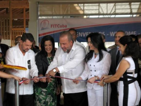 Manuel Marrero Cruz (C), Ministro cubano de Turismo, inaugura la XXXV Feria Internacional de Turismo FitCuba, junto a Francesca Barracciu (D), subsecretaria de Estado de Italia, y Marlenis Contreras,  Ministra de Turismo de Venezuela (I),  en el hotel Meliá Jardines del Rey, sede del evento, en la provincia de Ciego de Ávila, Cuba, el 5 de mayo de 2015. AIN FOTO/ Osvaldo GUTIÉRREZ GÓMEZ