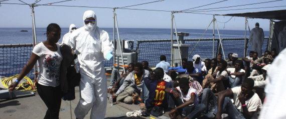 La Armada de Alemania atiende a los inmigrantes rescatados en alta mar, cerca de Libia. | SASCHA JONACK / HANDOUT / EFE