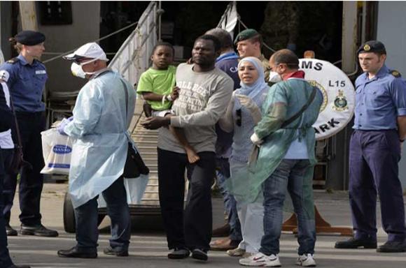 Las embarcaciones son auxiliadas por guardacostas italianos y los inmigrantes son detenidos. Foto: EFE