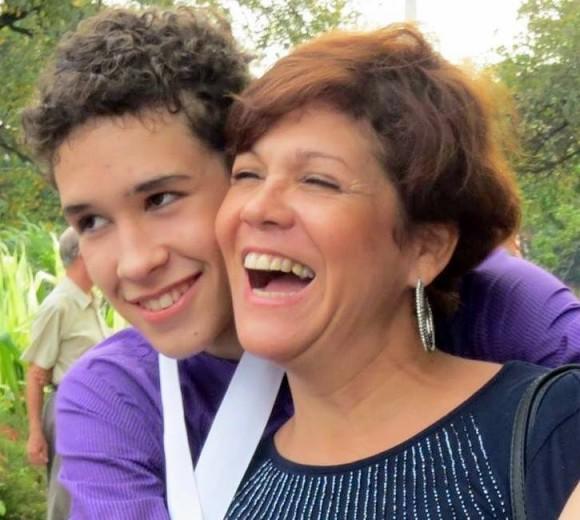 Ivette junto a su hijo Alejandro Olivera Cepeda, estudiante de ballet premiado en el reciente concurso internacional de academias de ballet. Foto: Cuenta de Facebook de Ivette Cepeda