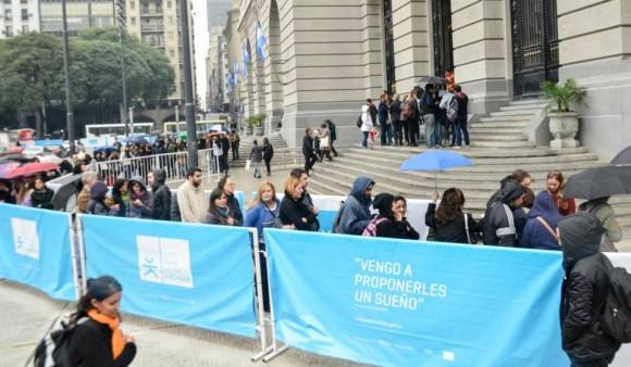 La fila fuera del CCK para entrar al lanzamiento del libro. Foto: Kaloián / Cubadebate