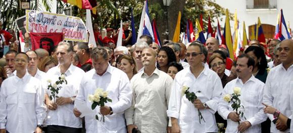 Momento en que Antonio, Fernando, Gerardo, Ramón y René rinden honores a Chávez. Foto: Tomada de www.efectococuyo.com.