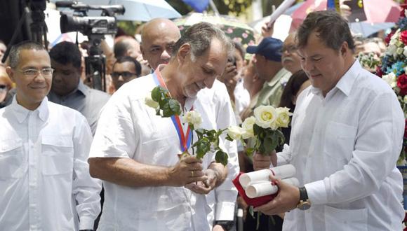 Los Cinco recibieron el lunes las Llaves de la ciudad de Caracas. Foto: AFP.