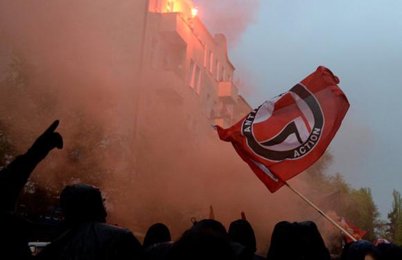 Los grupos de izquierda alemanes marcan los actos del Primero de Mayo con la celebración de la tradicional 'Walpurgis Night' en Berlín, que este año ha sido más tranquila que en los anteriores.