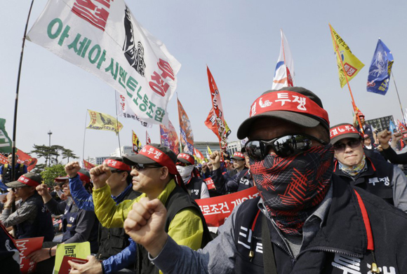 Los miembros de la Federación de Sindicatos de Corea durante la marcha en Seúl (Corea del Sur). Miles de trabajadores exigen mejores condiciones de trabajo y que las empresas eviten los contratos temporales.
