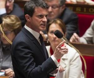 El primer ministro francés Manuel Valls se dirige a los miembros del Parlamento durante una breve sesión antes de una votación sobre la adopción de nuevas medidas de vigilancia, en París, Francia./ EFE