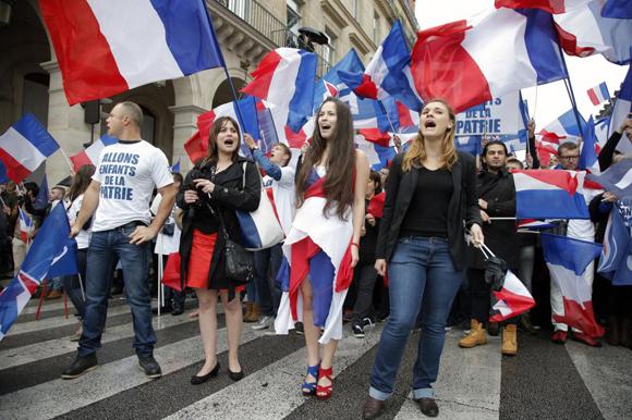 Marcha por las calles de París de los seguidores del Frente Nacional de Francia.