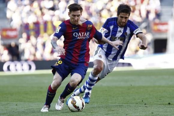 Messi disputa un balón con Bergara. Foto tomada de MARCA