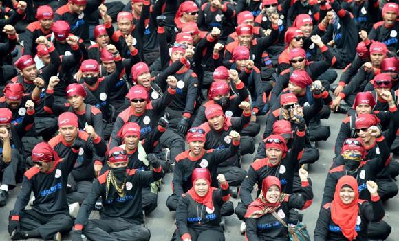 Miles de trabajadores indonesios participan en los actos conmemorativos del Día del Trabajo en Yakarta, Indonesia.