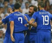 Los jugadores de la Juventus felicitan a Morata (i) tras marcar ante el Real Madrid, durante el partido de vuelta de la semifinal de la Liga de Campeones disputado esta noche en el estadio Santiago Bernabéu, en Madrid. EFE/JuanJo Martín
