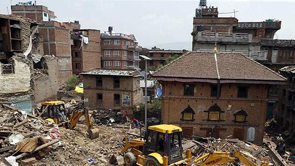 Continúan los trabajos de recogida de escombros en Nepal. Foto: EFE