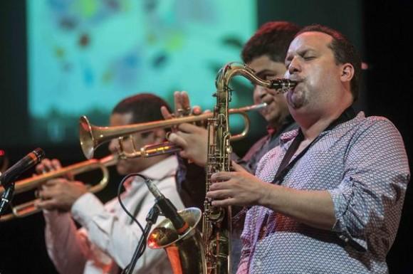Músicos de The Afro Latin Jazz Orquestra, durante un concierto homenaje al músico cubano Chano Pozo, en el marco de la feria internacional Cubadisco 2015, en el teatro Mella, en La Habana, Cuba, el 17 de mayo de 2015. AIN FOTO/Abel ERNESTO/