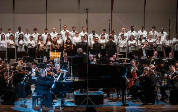 El pianista cubano Frank Fernández, junto a músicos de de la Orquesta Sinfónica de Minnesota, durante el concierto de apertura del la feria internacional CUBADISCO 2015, en el Teatro Nacional, en La Habana. AIN FOTO/Abel ERNESTO.