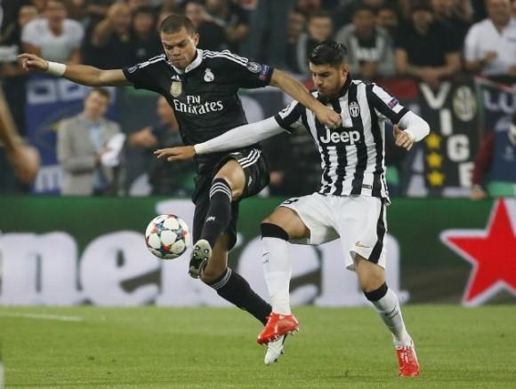 Pepe lucha un balón con su ex compañero Morata. Foto tomada de MARCA