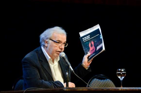 El periodista argentino presenta el título. CCK, 26 de mayo de 2015. Foto: Kaloián / Cubadebate