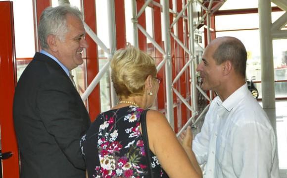 Tomislav Nikolic (I), Presidente de la República de Serbia, arribo a  Cuba en visita oficial, lo recibió Rogelio Sierra (D), viceministro de Relaciones Exteriores de Cuba, en el Aeropuerto Internacional José Martí, en La Habana, el 18 de mayo de 2015. Foto: Marcelino Vázquez Hernández / AIN / Cubadebate AIN FOTO/Marcelino VAZQUEZ HERNANDEZ/