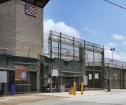 Puerta de acceso a los campos de detención 5 (a la derecha) y 6, en los que se concentran la mayoría de los 122 presos que hay actualmente en Guantánamo.